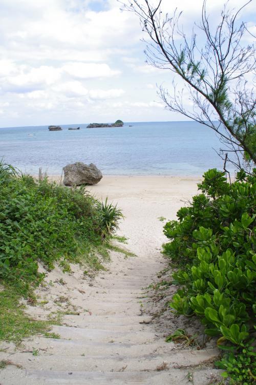 浜比嘉リゾートビーチへ続く小道