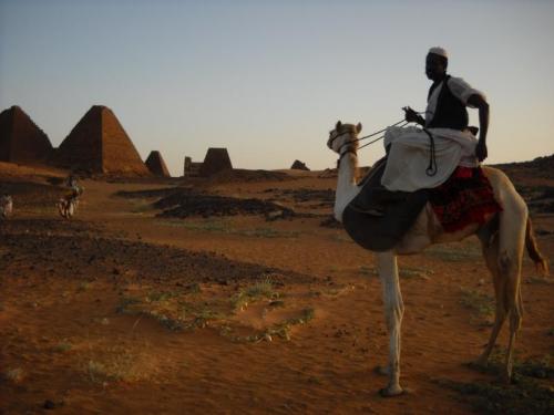 夕陽に染まるメロエのピラミッド群