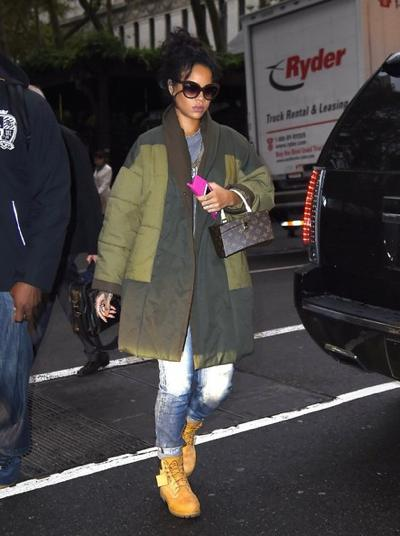 Rihanna+Heads+To+Her+NYC+Hotel+20141027_02.jpg
