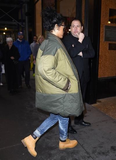 Rihanna+Heads+To+Her+NYC+Hotel+20141027_04.jpg