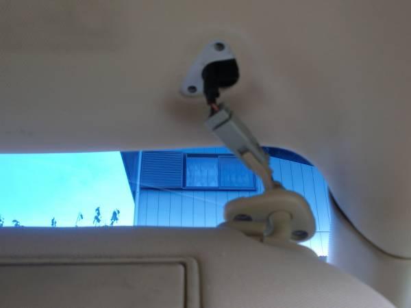 バニティ・ランプ用のケーブルと、取り付け穴