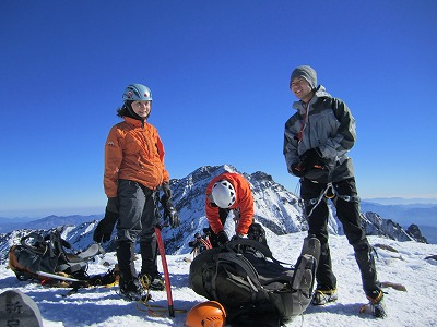阿弥陀岳山頂にて。後ろには赤岳。