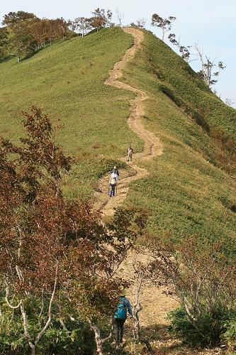 紋別岳山頂を望む101002
