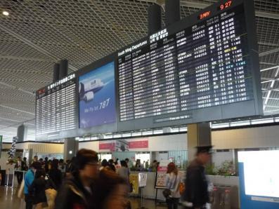成田5月3日朝、大震災後ながら意外に混んでいて、かえって安心した。