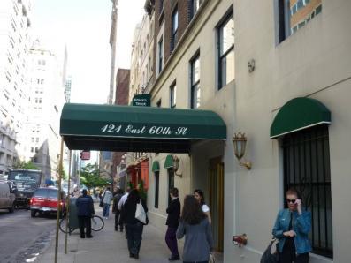 このビルの6階にニューヨーク緑内障コンサルタントのアップタウン・オフィスがある。
