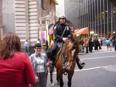 騎馬警官が優しく記念撮影に応じている。