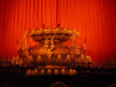 第一幕ラストに落ちてくるシャンデリア。幕間に撮影。