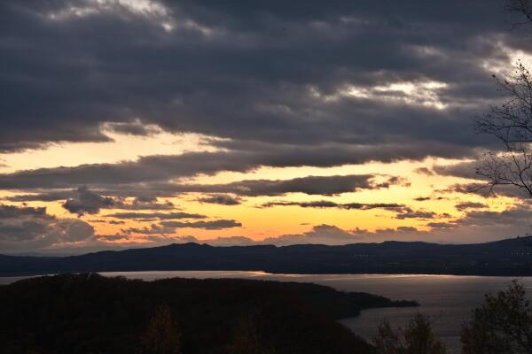 夕映え映す網走湖