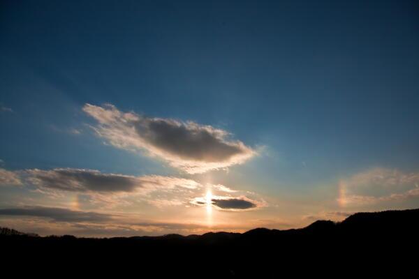上下に伸びるサンピラーと彩雲