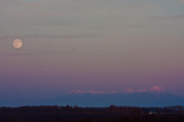月と知床連山