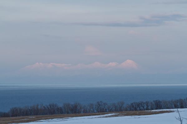 流氷のない海に浮かぶ知床連山