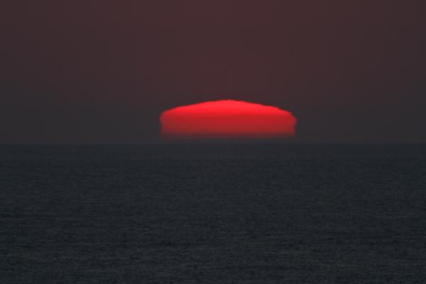 変形する夕日 2