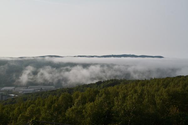 街を覆う海霧