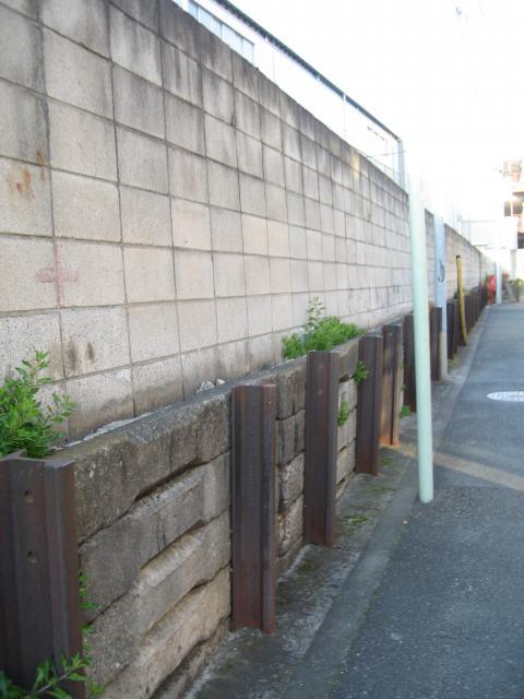 路地裏の古レール