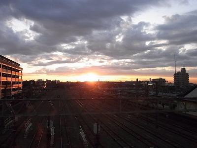 相模大塚駅からみた日の出