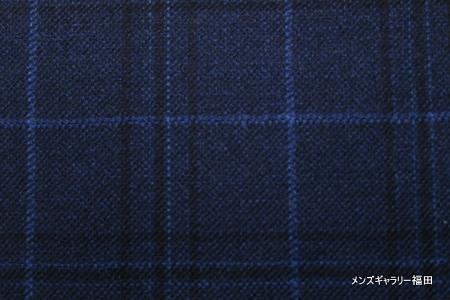 青のスーツのチェック柄