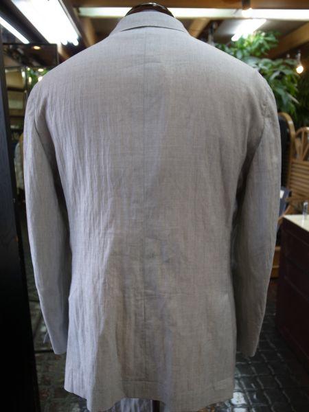 白いスーツの後ろ姿