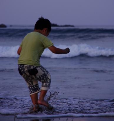 波と遊ぶマコ