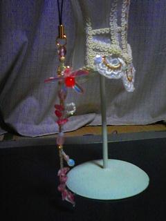 ダガービーズの花モチーフストラップ