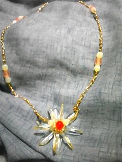 マーガレット風モチーフのネックレス