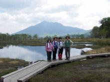 池塘と燧ヶ岳を背景にして