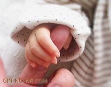 生まれたての赤ちゃんの手