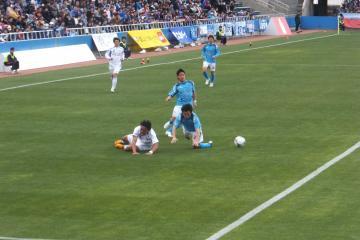 甲府FWダヴィのポストプレイに手こずる横浜FCの中野らDF陣の選手達・・・