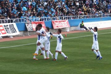 高崎のゴールで喜びあう甲府の選手達