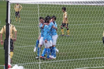 2点目を決めた「ジャンボ」大久保に駆け寄る横浜FCの選手達