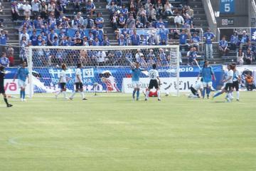 3点目はFKからのトリックプレイで、佐藤謙介のJ初ゴールが決まる