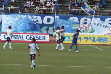 PKによる同点ゴールを挙げた大久保と「PKを取った」田原が共に喜びあう。