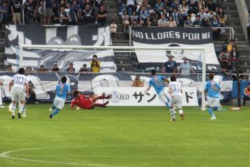 武岡が得たPKをカイオが決め、横浜FCが先制