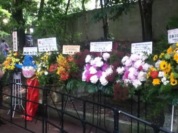 ライブ開催記念の生花が続々。中には「2代目MC」木村カエラからも・・・