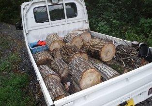 軽トラックに薪