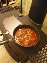 薪ストーブで煮込みハンバーグ