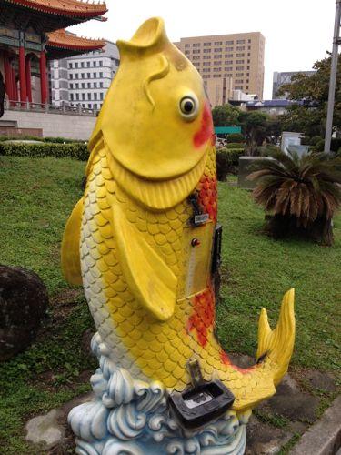 謎の魚のえさ販売機