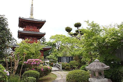 三重の塔が見える庭♪