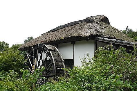 萱葺きと水車の古い家♪