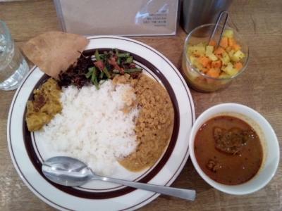 140920カラピンチャチキンカレープレート1000円チキン、カボチャ、レンズ豆、空芯菜炒め物、ゴトゥコラサンバル