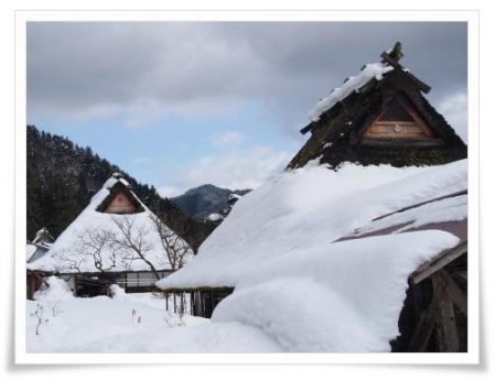 雪の茅葺き民家