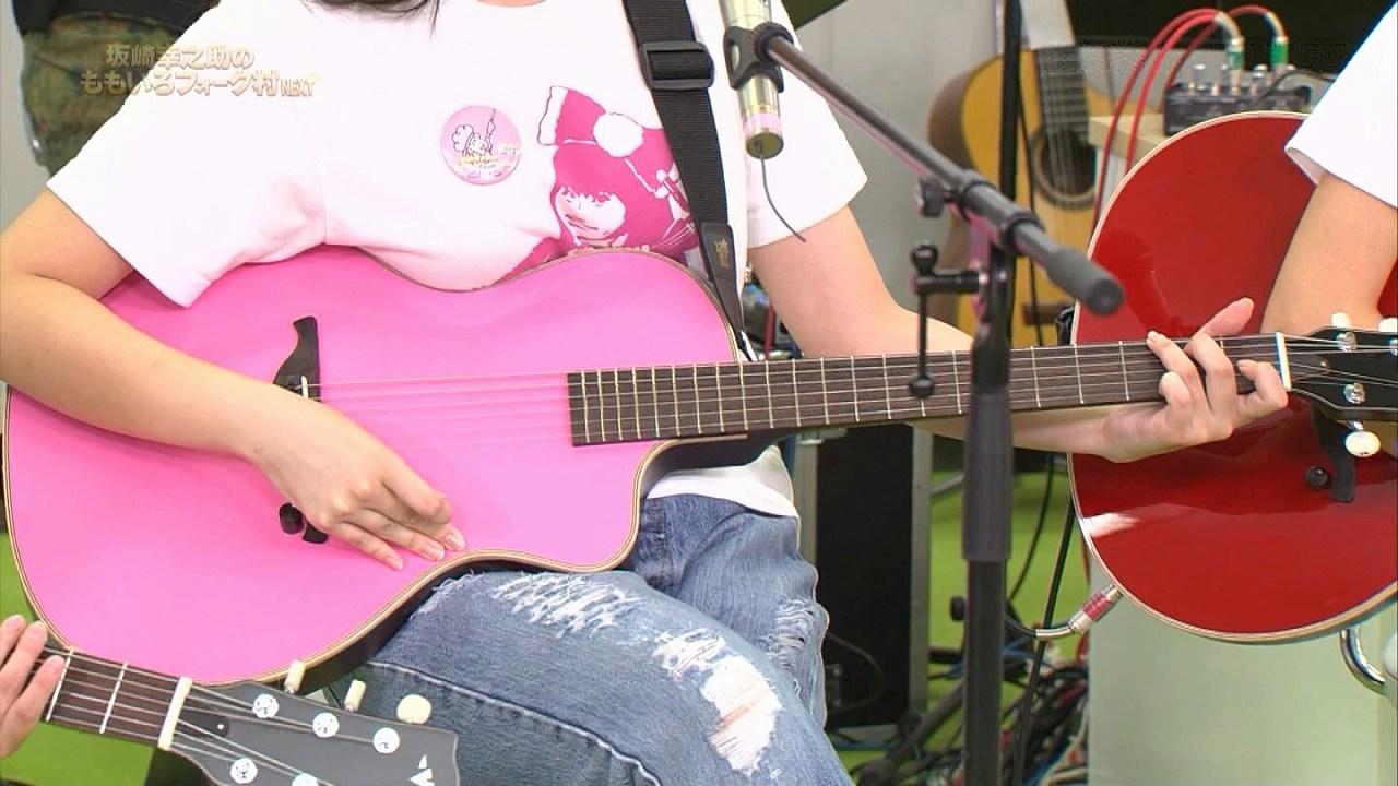 ギターの上に乗って強調されたももクロ・佐々木彩夏の胸