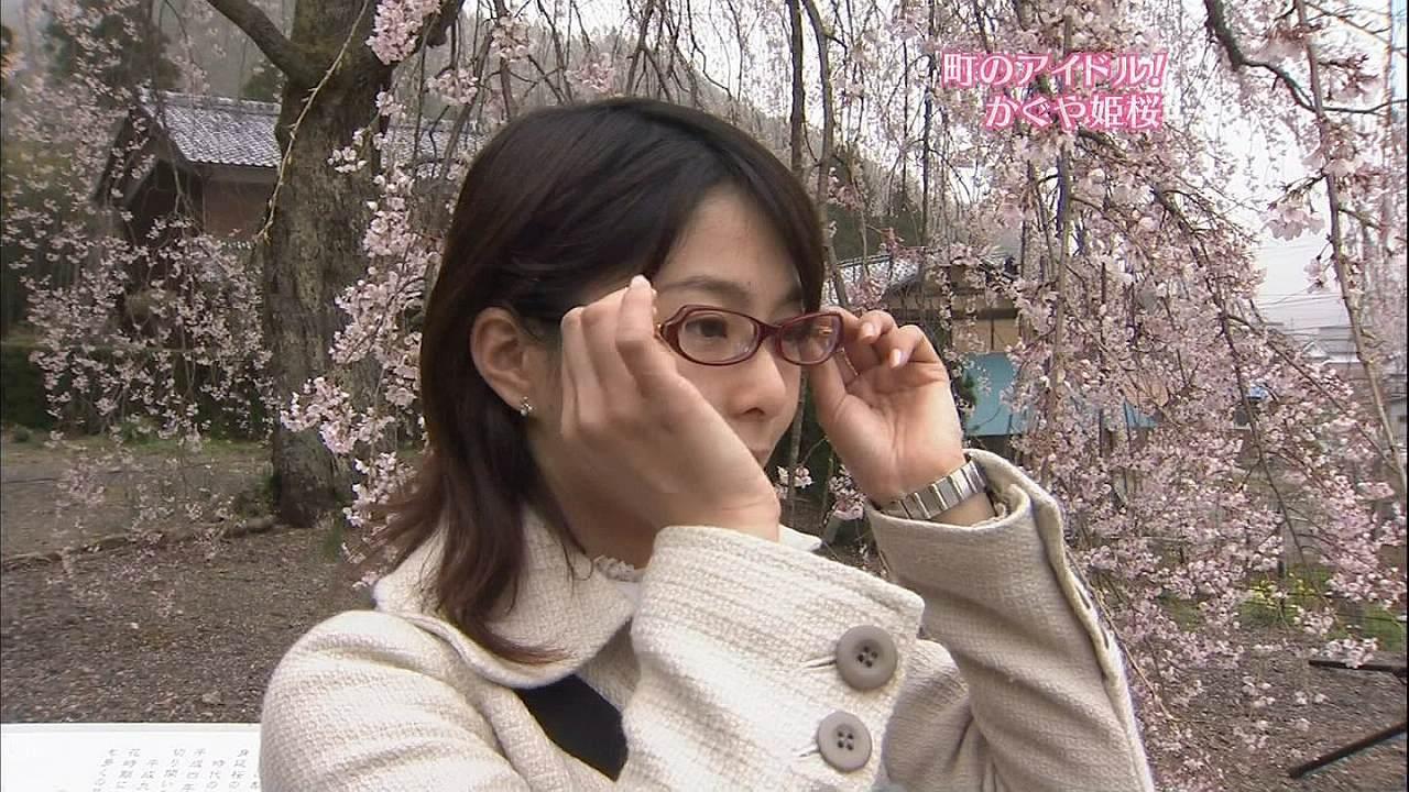 眼鏡をかけた杉浦友紀アナ