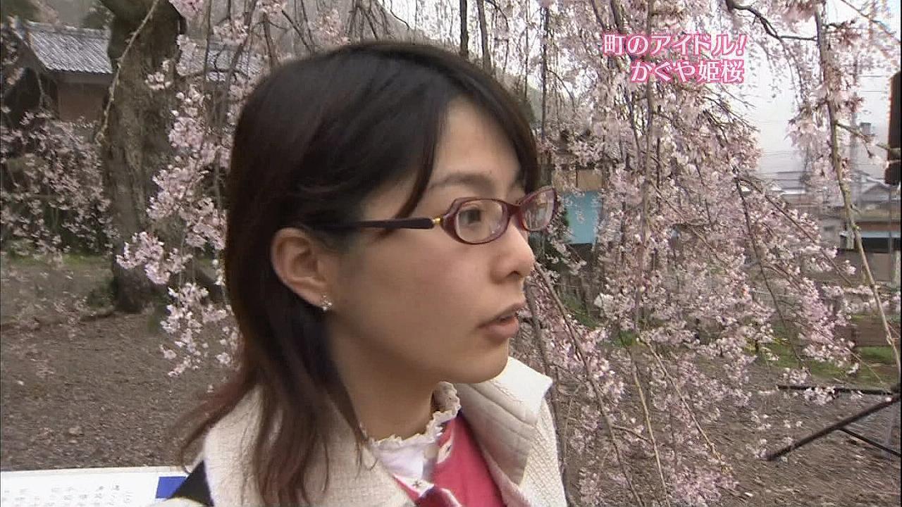 メガネをかけた杉浦友紀アナ