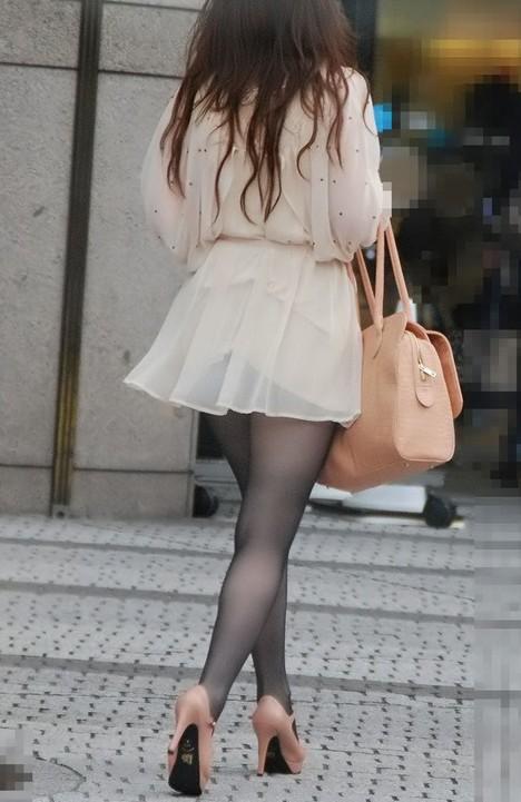 ミニスカートを履いた女