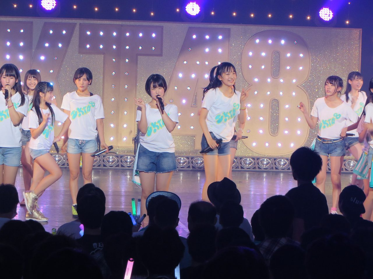 HKT48のステージでひとりだけデカパンを履いている朝長美桜、共演の指原莉乃と兒玉遥