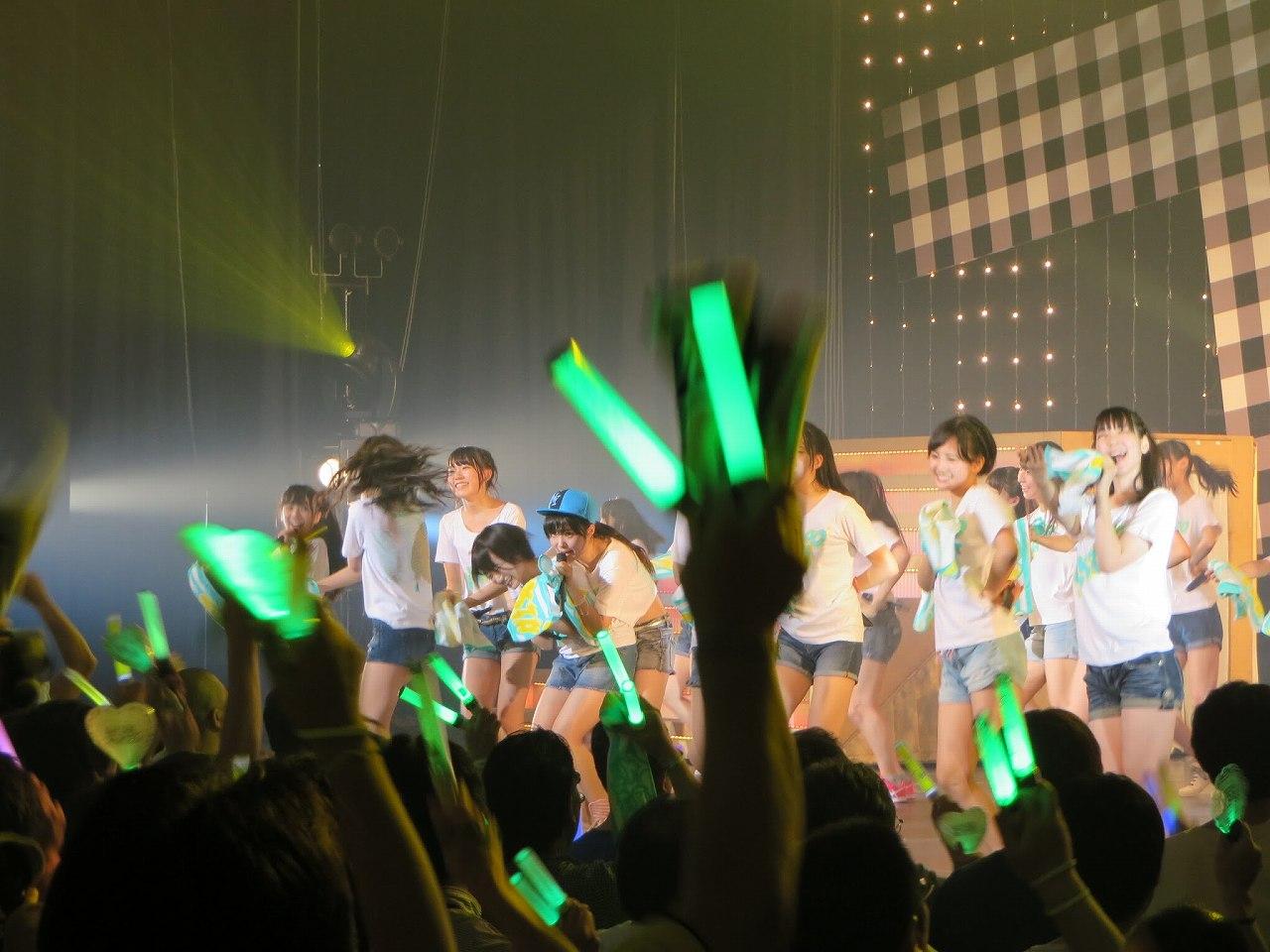 HKT48のステージで指原莉乃に胸を揉まれる朝長美桜