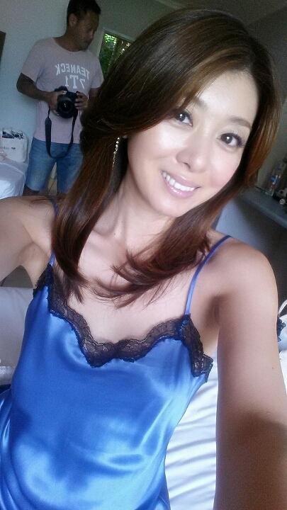 青いスリップドレス姿の矢部美穂