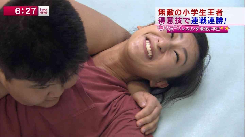 小学生とレスリングをする浅田舞
