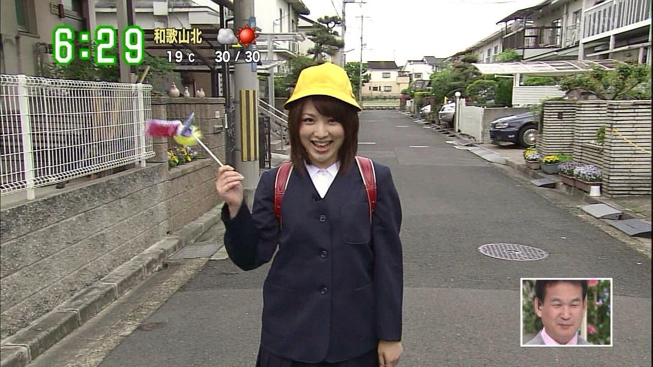 制服を着てランドセルを背負った吉田奈央アナ