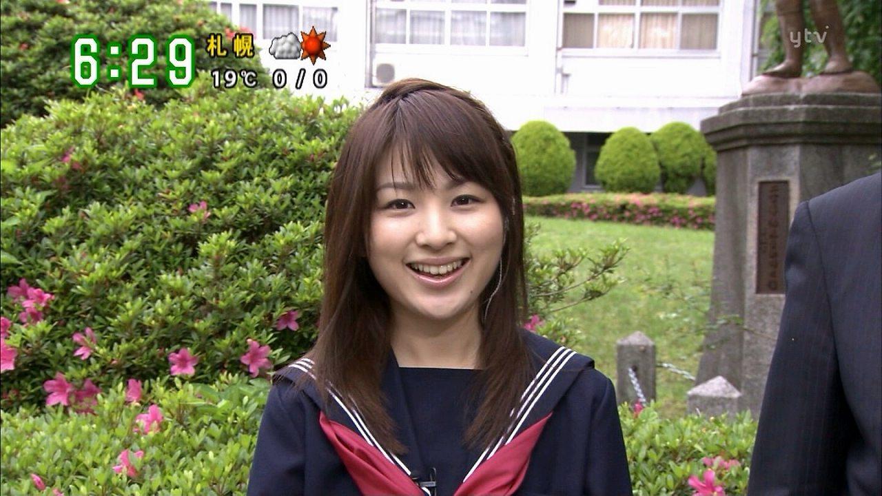セーラー服を着た吉田奈央アナ